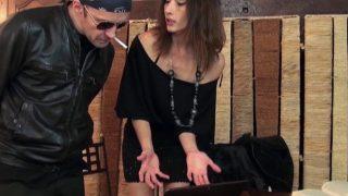 Gabriela préfère le gros dard du réparateur plutôt que de