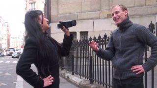 Hellsya choppe un homme dans la rue et le ramène