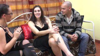 Lana, vendeuse de 28 ans, vient accompagnée de sasha pour